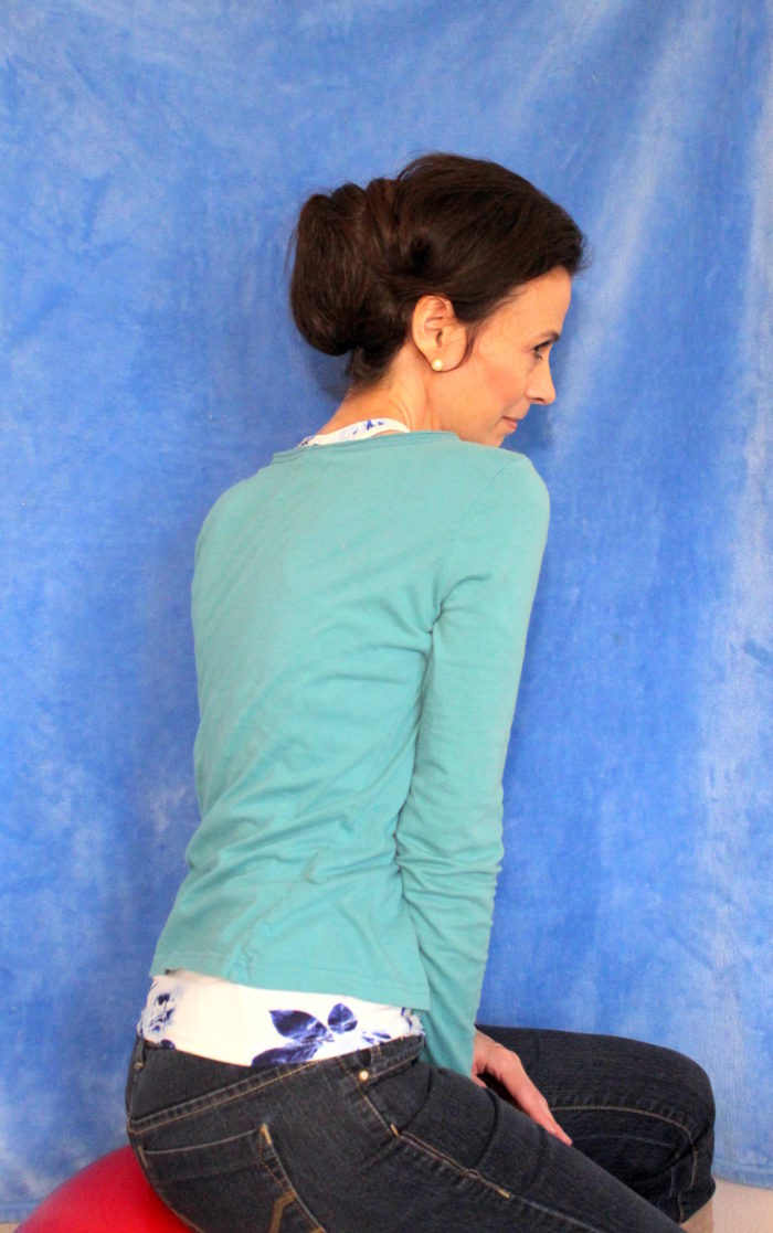 Turquoise blue top, pearl earrings & jeans